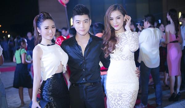 VJ Nam Hee khoe vẻ điển trai giữa cặp mỹ nhân