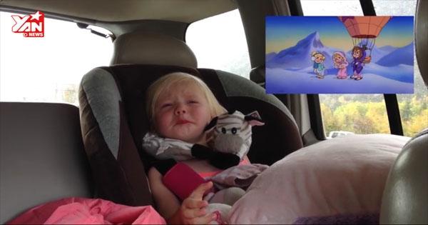 Biểu cảm đáng yêu của bé gái khi xem phim hoạt hình