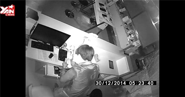 Tên trộm thản nhiên lục soát, lấy đi hàng chục điện thoại và tiền mặt