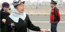 Người đi xe đạp khóc vì bị cấm qua cầu Nhật Tân