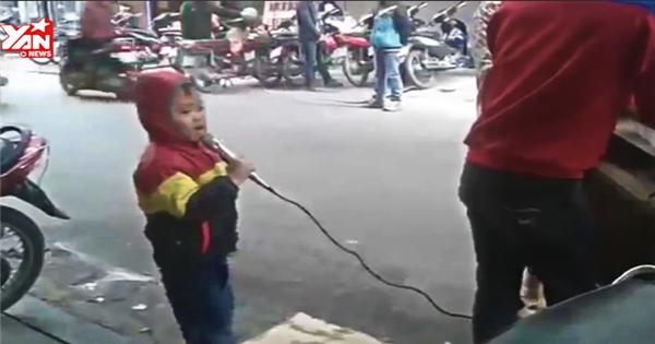 Xót xa em bé 4 tuổi hát rong giữa thời tiết lạnh giá