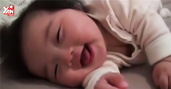"""Bé gái vừa ngủ vừa cười khiến cư dân mạng """"sốt"""" rần rần"""