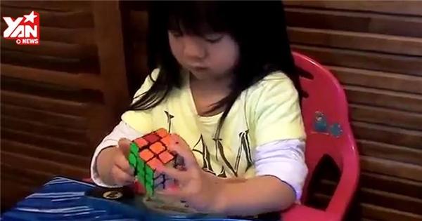 Bé gái giải mã rubik trong 70 giây khiến cư dân mạng bái phục