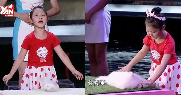 Kinh ngạc với khả năng thôi miên động vật của bé gái xinh xắn