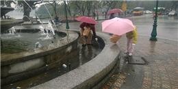Cảm phục hành động đẹp của đôi vợ chồng người Nhật ở Hồ Gươm