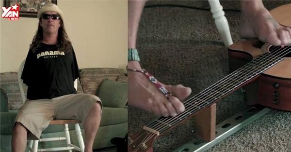 Choáng với người đàn ông đánh ghi-ta bằng chân siêu hay