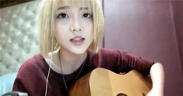 """Hot girl Thái Lan vừa đàn vừa cover """"Safe and sound"""" cực tình cảm"""