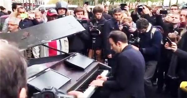 Màn trình diễn piano khiến thế giới rơi nước mắt sau vụ khủng bố Paris