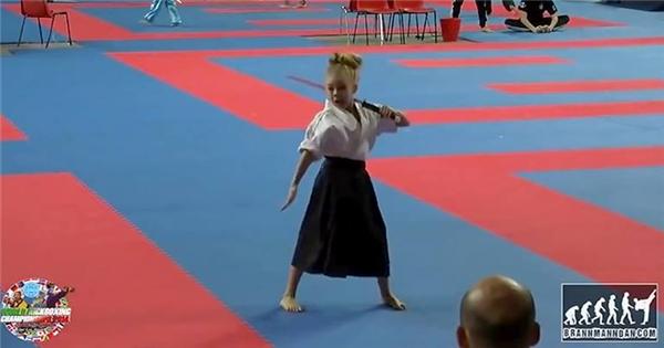 Ngạc nhiên trước màn biểu diễn của nữ Samurai 8 tuổi