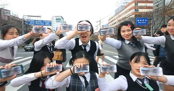 """Học sinh Hàn biểu diễn """"hit"""" mới của PSY giữa phố cực hoành tráng"""