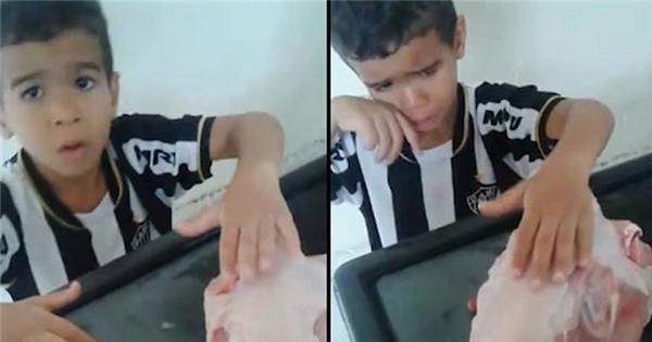 """Cậu bé khóc lóc van xin mẹ để yên cho chú gà đã... bị """"vặt lông"""""""