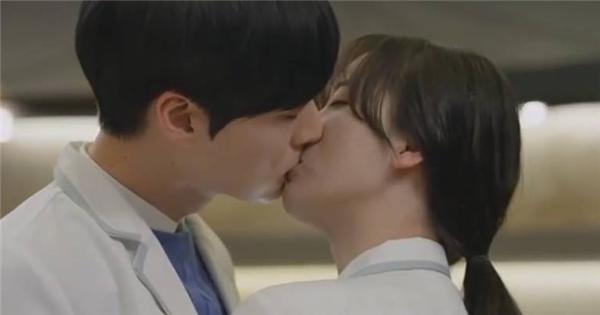 Lộ diện cảnh hôn nhau của Goo Hye Sun và bạn trai mới quen