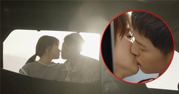 """Cận cảnh màn """"khóa môi"""" phá nóc rating của """"đại boss"""" và bác sĩ Kang"""