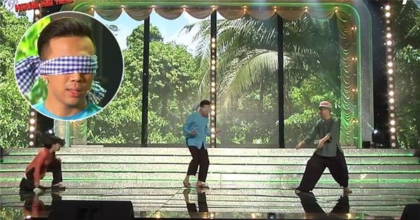 """Trấn Thành bị Việt Hương """"chơi chiêu"""", """"lừa"""" bịt mắt nhảy dây"""
