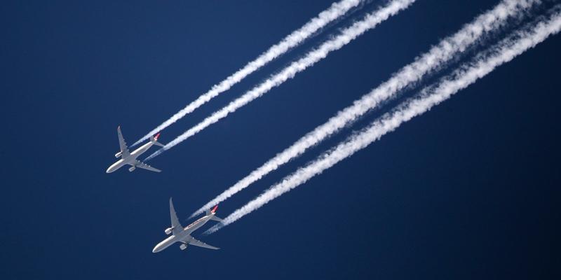 Vì sao máy bay thường để lại vệt trắng trên bầu trời?