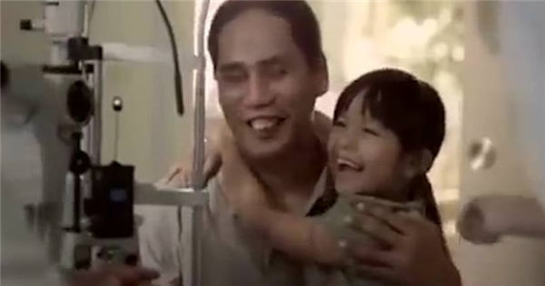 """Phim ngắn """"Người bố mù của tôi"""" khiến triệu người rơi lệ"""