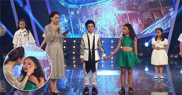 """Thí sinh nhí đầu tiên bị loại khỏi """"Vietnam Idol kids"""" khóc nức nở"""