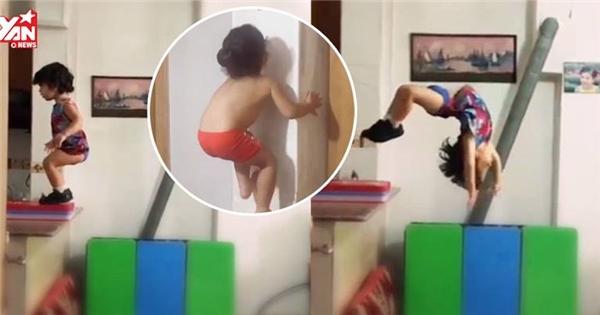 Chóng mặt với bé trai chưa đầy 3 tuổi nhào lộn, leo tường như xiếc