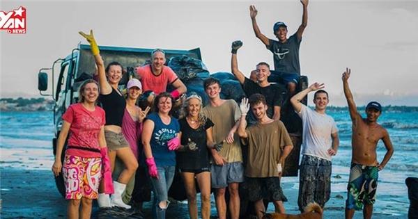 Xuất hiện hàng chục du khách nước ngoài dọn rác trên biển Mũi Né