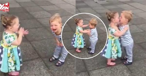 """2 em bé vừa hôn vừa cười khiến dân mạng thế giới """"chao đảo"""""""