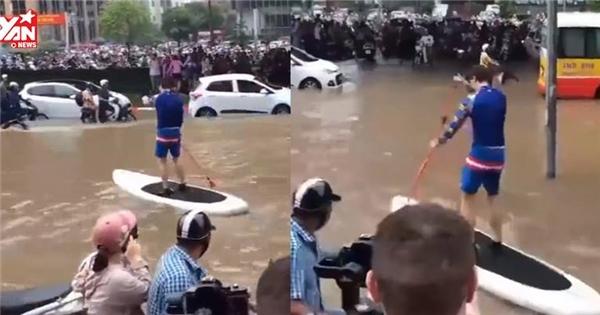 """Nhân dịp nước ngập thủ đô, anh tây """"troll"""" chèo thuyền giữa phố"""