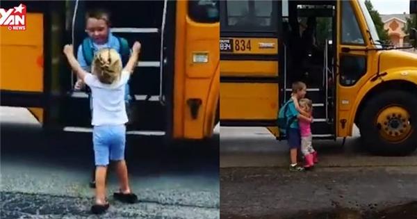 Ngày nào cô bé cũng đón anh trai đi học về như thế này đây