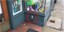 Hé lộ bí ẩn đằng sau những cánh cửa nhỏ xíu trên đường phố Mỹ